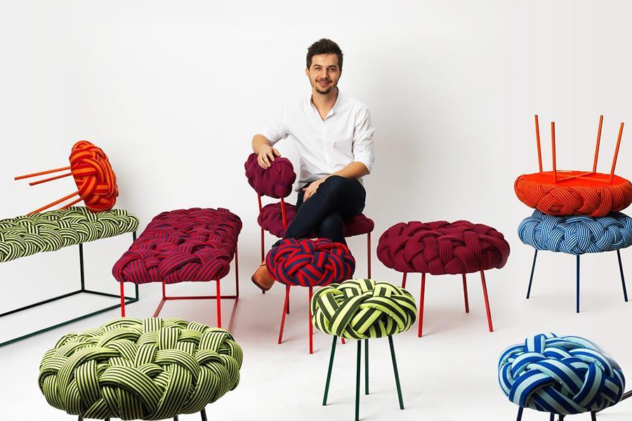 Humberto da Mata posa com seu mobiliário.