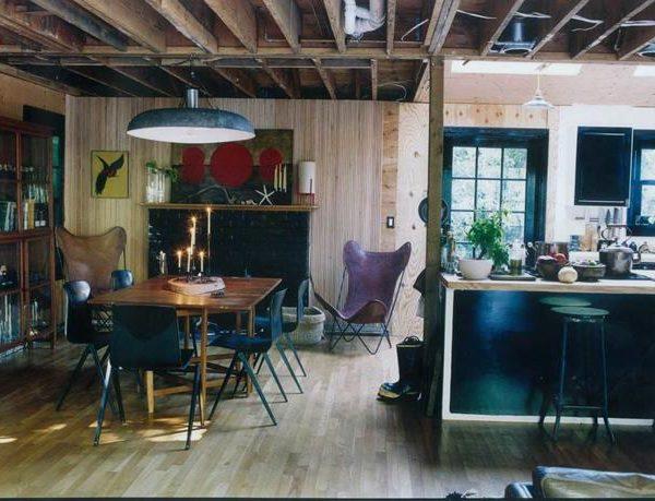 A mistura de materiais e madeiras de diferentes origens reforça a despretensão da decoração.