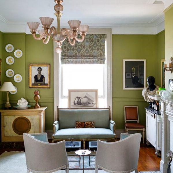 Paredes verdes contrastam com o mobiliário de época. Branco e azul são as cores complementares escolhidas pela designer.