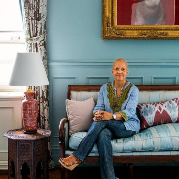 A designer Sheila Bridges posa em seu lindo living.