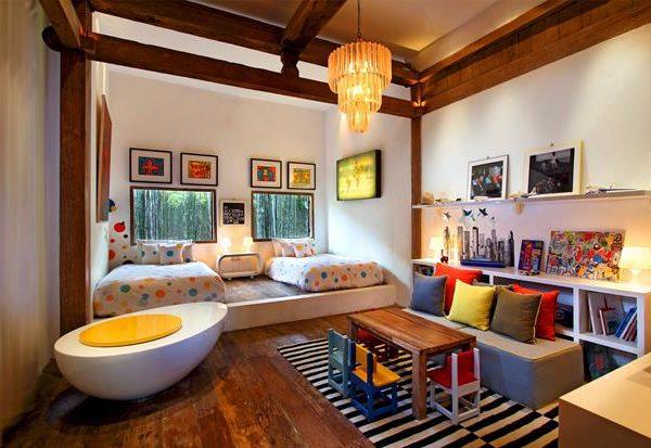 O quarto das crianças, colorido e com janelas que tem vista para o verde.