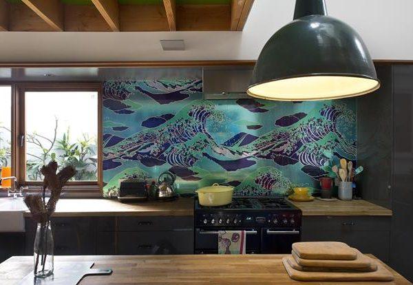 A cozinha com mobiliário em cinza, recebe tampos em madeira.