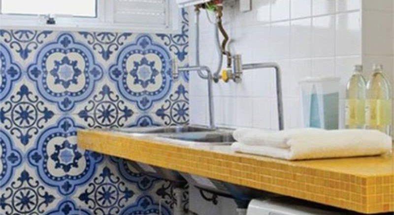 O azulejo colorido dá vida e movimenta. Como neste exemplo, pode ocupar apenas uma parede.