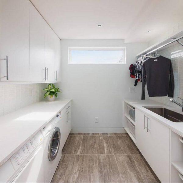 Bem iluminada e ampla, a lavanderia branca pode ser uma opção.