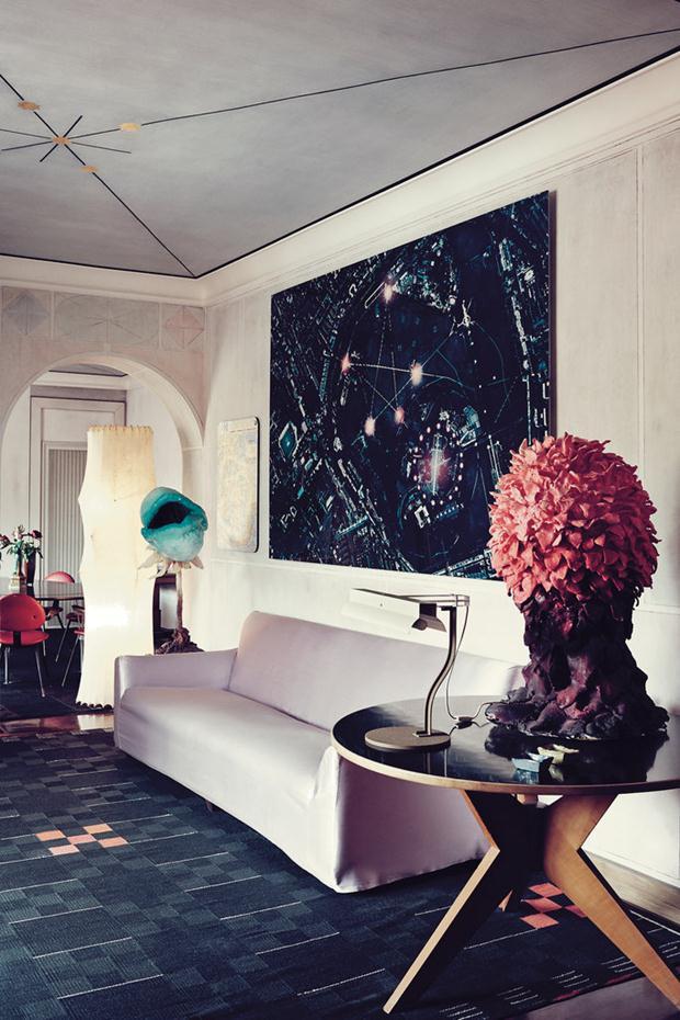 Na decoração em constante mutação, fotografia Grazia Toderi e mesa Hans Bellman.