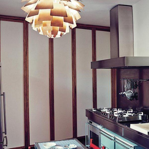 Na cozinha, luminária Artichoke de Poul Henningsen e mesa e cadeiras Giancarlo Montebello.