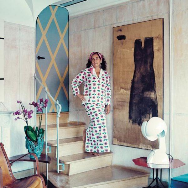 A poderosa Nina Yashar em seu duplex, em Milão. Luminária Gae Aulenti sobre mesa Frank Lloyd Wright e Warren McArthur.