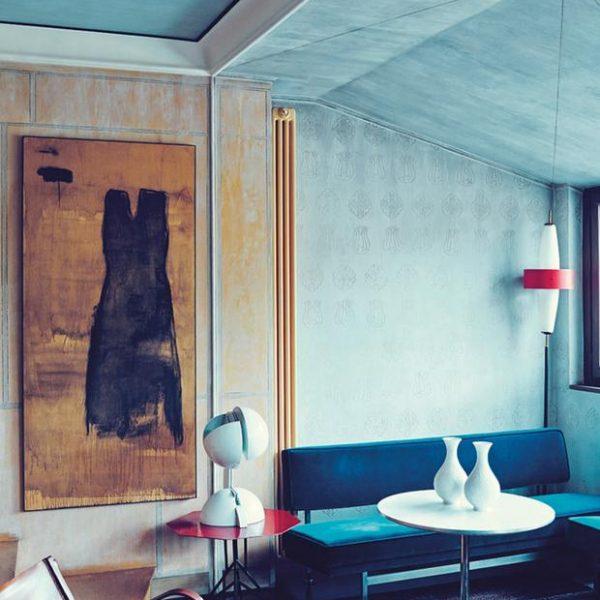 Obra de Piero Pizzi Cannella e poltrona em couro Jacques Adnet. O teto, depois de receber pintura azul, foilavado com tinta branca e recebeu desenhos em ouro. Lindo e muito diferente.