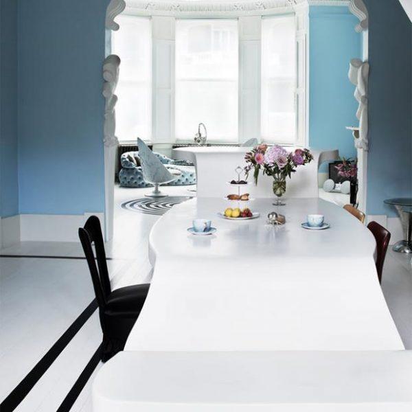 A mesa de jantar em diferentes alturas.