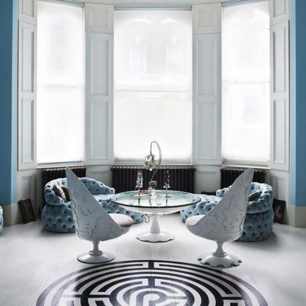 A geometria e o P&B fazem contraste com as linhas sinuosas do mobiliário.