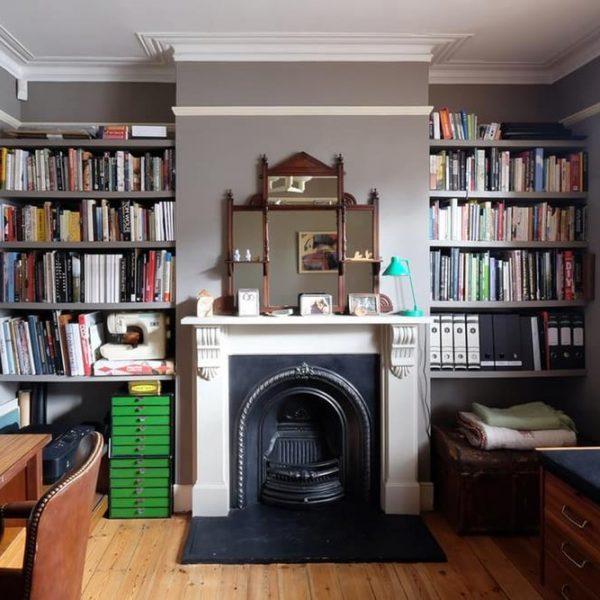 As prateleiras que ladeiam a lareira podem ser facilmente encomendadas a um marceneiro. Pintadas da mesma cor das paredes, desaparecem, deixando espaço para os objetos e livros como protagonistas.