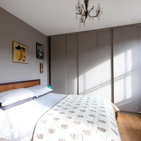 Portas de correr na mesma cor da parede são ótima solução e ficam mais leves na decoração.