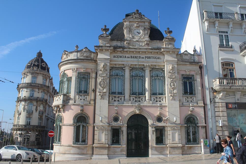 Agência do Banco de Portugal, linda, assim como o entorno.