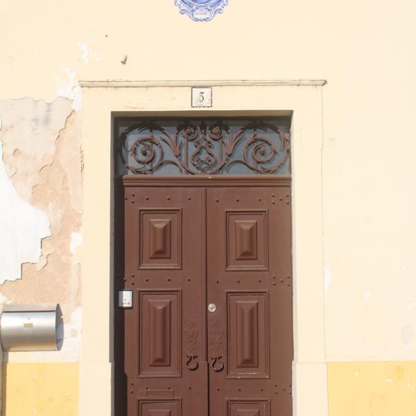 Em uma das subidas, essa imagem fofíssima de Santo Antonio sobre uma porta de residência.