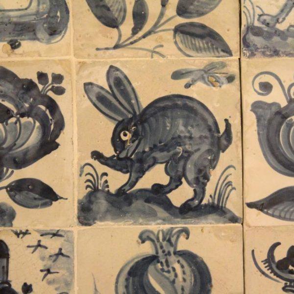 Muitos dos painéis de azulejos tem imagens de animais e flores. Este, de coelho, tive que fotografar! (e postar)