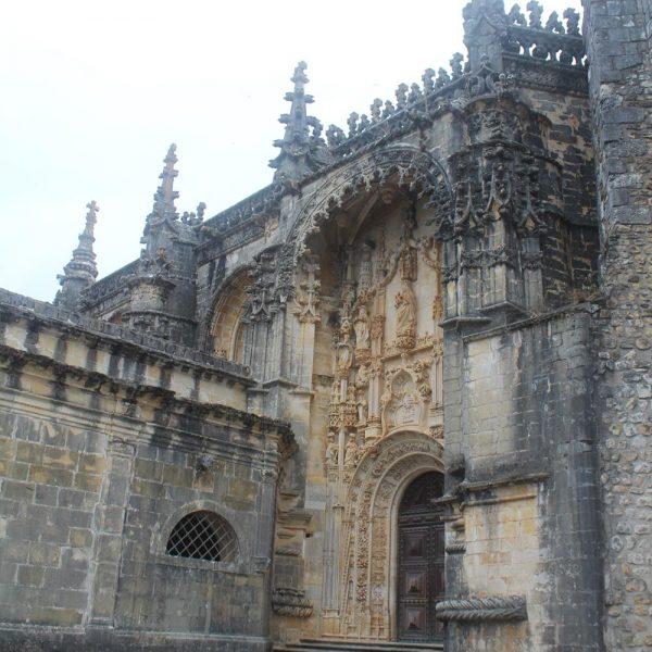 O Convento de Cristo e o Castelo dos Templários são um dos maiores conjuntos monumentais da arquitetura de Portugal e da Europa. Aqui, igreja manuelina.