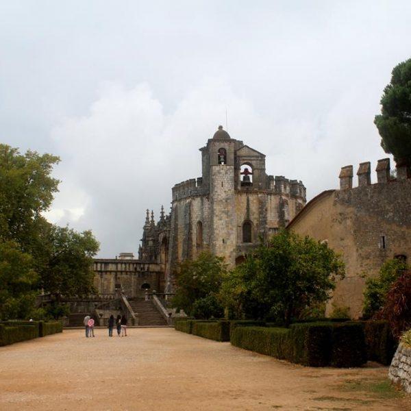 Na entrada já é possível perceber a beleza e grandeza das edificações.