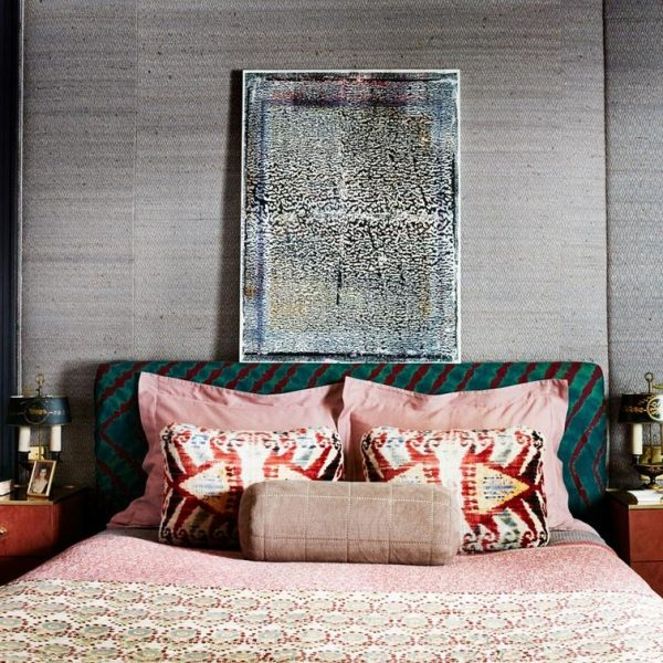 No quarto, pintura de Patrick Berran sobre papel de parede metálico Dolly Fabrics.
