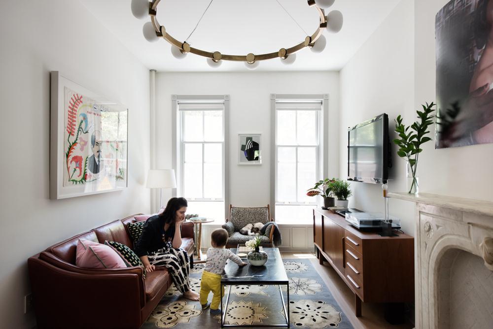 Cinema é o nome da luminária da RBW, de propriedade do dono da casa. Sofá em couro e buffet vintage fazem companhia à poltrona de pau-rosa do designer dinamarquês Illum Wikkelso.