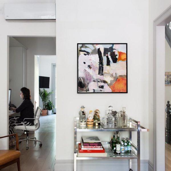 A designer trabalha no escritório alojado entre o living e a cozinha. Poltrona de couro e teca de meados do século XX do designer dinamarquês Søren J. Ladefoged, que Lyons herdou de sua família.