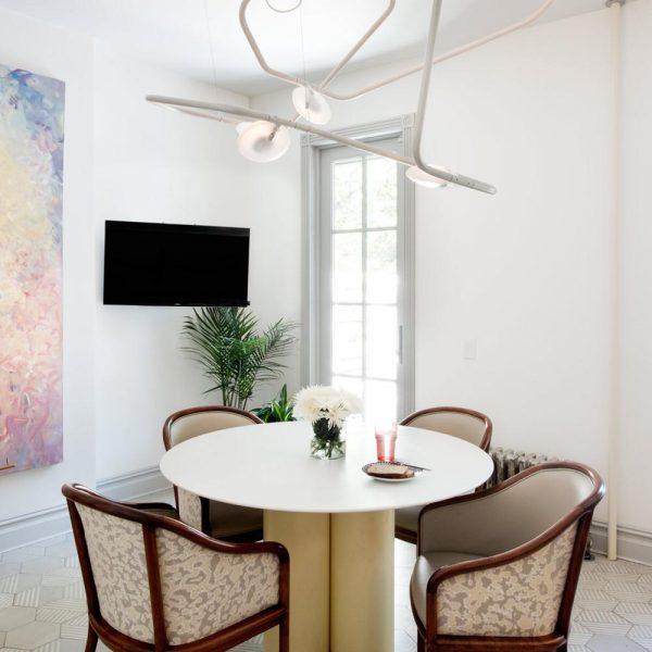 A luminária Palindrome 6, da RBW, linda, é a estrela da sala de jantar, com cadeiras Ward Bennett.