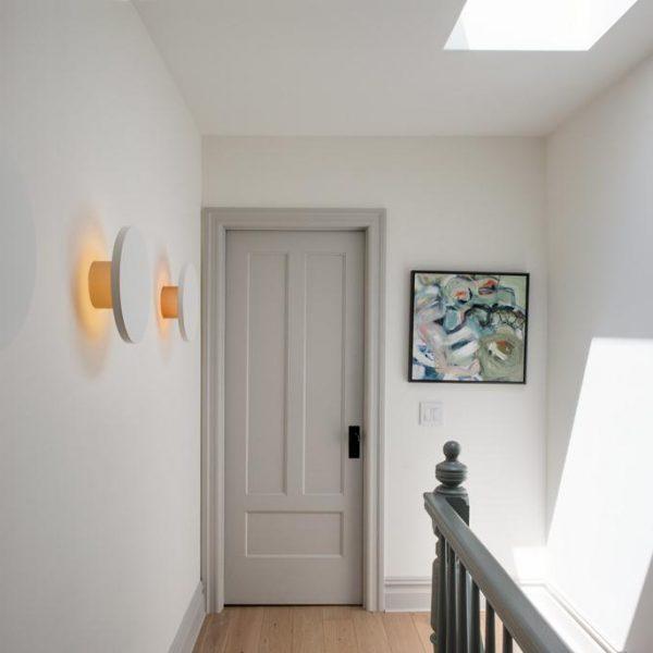 Hall dos quartos no andar superior com iluminação indireta.