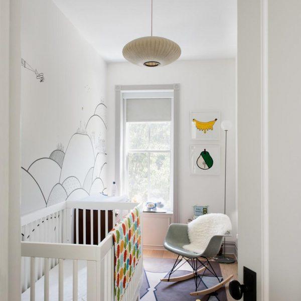 Kale Williams assina o painel no quarto do bebê.