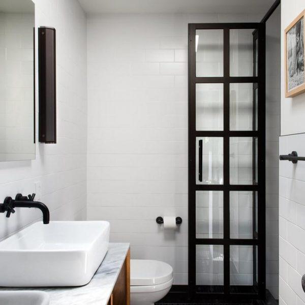 No banheiro, revestimento horizontal típico de Nova York.