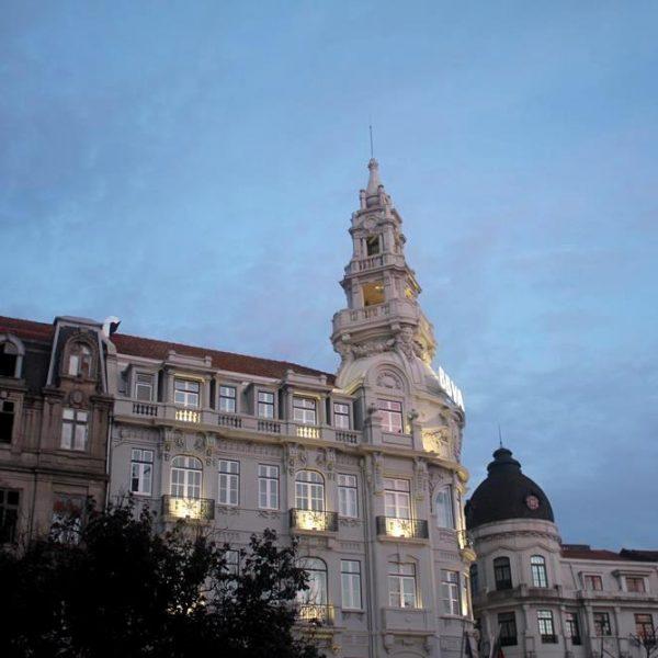 Um dos belíssimos prédios da Praça da Liberdade.