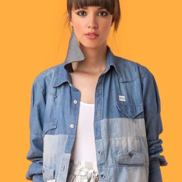 A Comas transforma roupas masculinas descartadas pela indústria em roupas femininas.