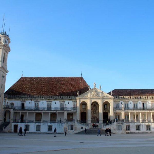O pátio, para onde olha D João III.