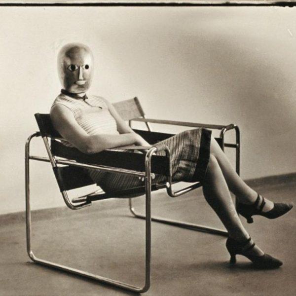 Breuer Club Chair ou Wassily Chair, e mulher com máscara Oskar Schlemmer. (e a gente se acha moderno!!!)
