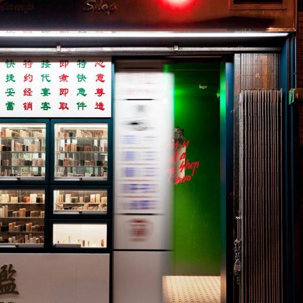 A porta, quase escondida, de um verde intenso.