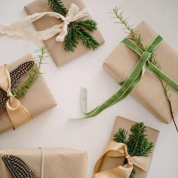 Os temperos, como o alecrim, mais durinho e seco, também podem enfeitar os embrulhos natalinos.