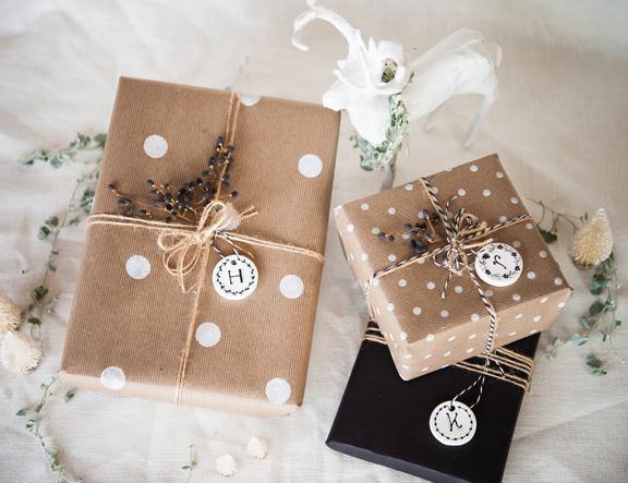 Para os mais talentosos, pintar cada pacote é ótima solução, pois eles podem ser feitos de acordo com a personalidade de cada presenteado.