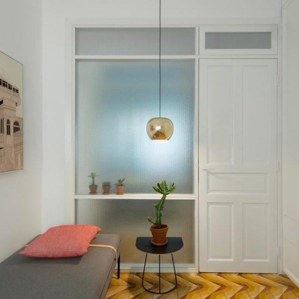 Nos dois quartos, paredes de vidro garantem que a iluminação natural invada os espaços do imóvel.