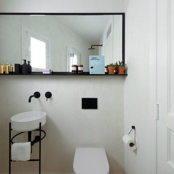 O banheiro, bem pequeno, é puro charme.