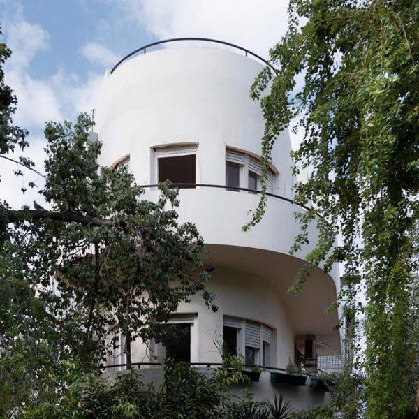 O edifício é uma das quatro mil edificações do estilo Bauhaus em Tel Aviv.