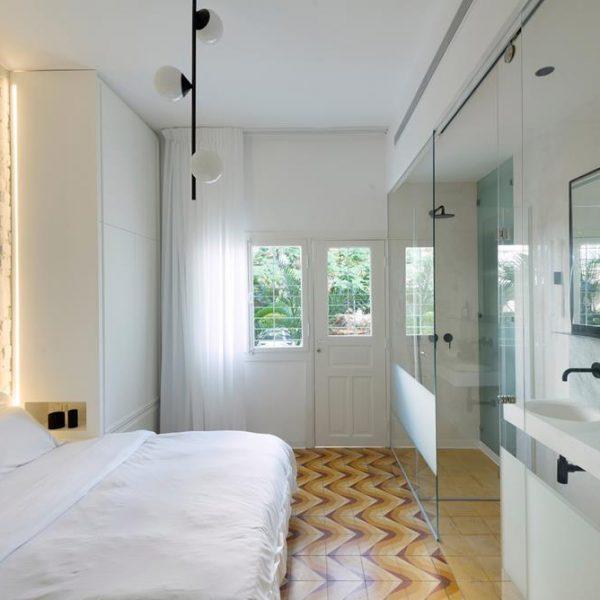 O banheiro foi instalado no sentido do  comprimento, poupando  a planta de recortes.