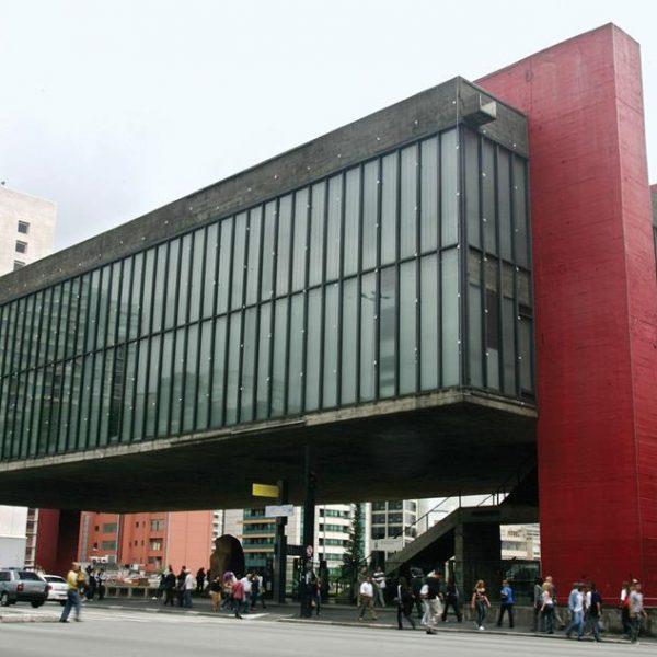 Projeto de Lina Bo Bardi, o Museu de Arte de São Paulo tem clara influência da escola Bauhaus.