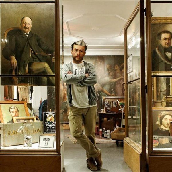 O artista em frente a sua loja na Galerie Vivienne, em Paris.