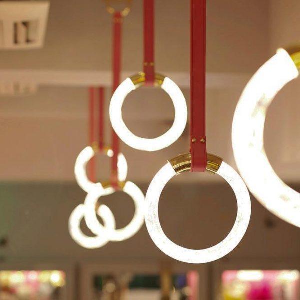 A iluminação faz alusão direta às argolas onde Mrs Pound por certo se enroscava durante os shows. Será?