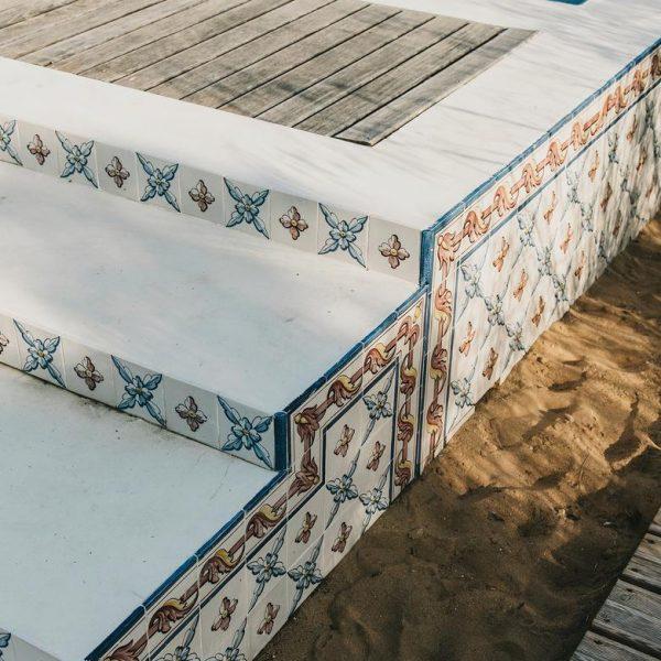 Os azulejos foram pintados especialmente para a casa.