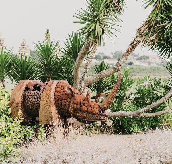 O rinoceronte de ferro faz parte de um par e foi presente do empresário turco Ömer Koç, que usou as peças feitas sob medida em sua festa de aniversário.