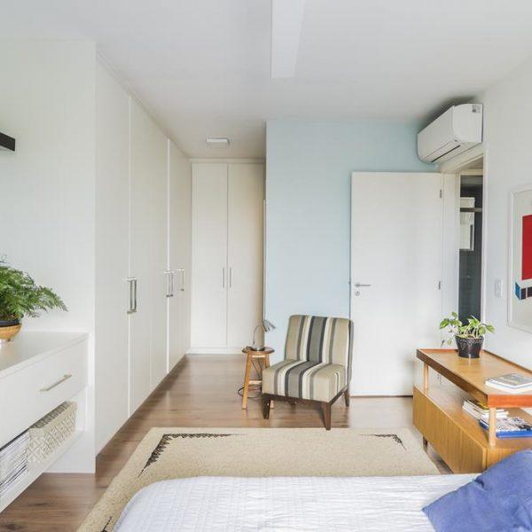 O closet o o novo banheiro ocupam o lugar de um dos antigos quartos. Quando estiver reformando ou construindo, pense nas suas necessidades e não dos eventuais hóspedes, que aparecem poucos dias por ano.