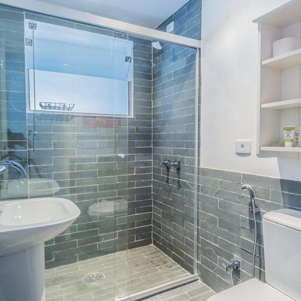 No banheiro é possível perceber com clareza como o assentamento na horizontal trouxe o revestimento direto para o século XXI. Adorei!