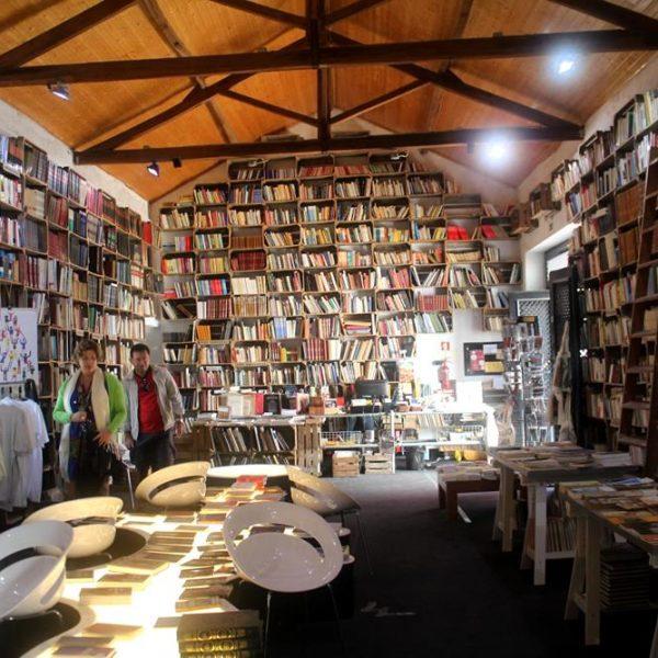 Vista geral da loja, misto de livraria e mercearia.