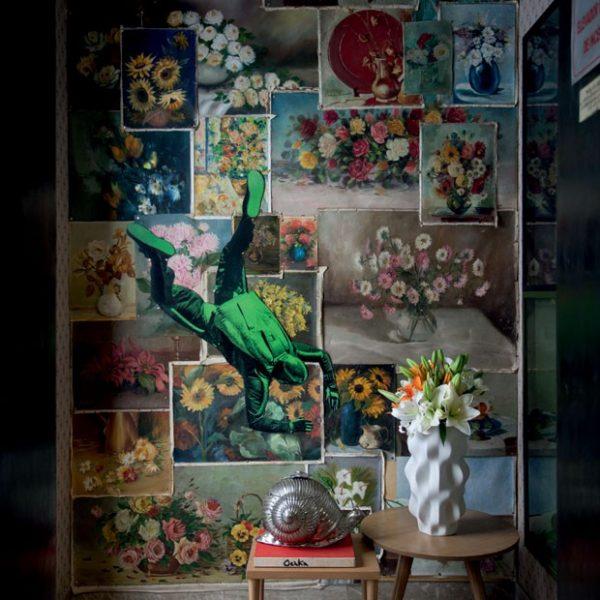 No hall do elevador, naturezas-mortas colecionadas por Paulo formam uma colagem sobre a parede, junto ao vaso branco da Holaria e lustre antigo de Murano.