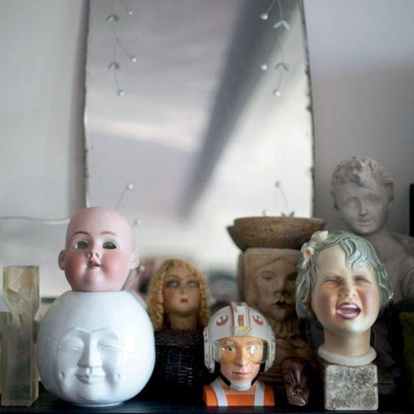 A estante da sala abriga a coleção de rostos.