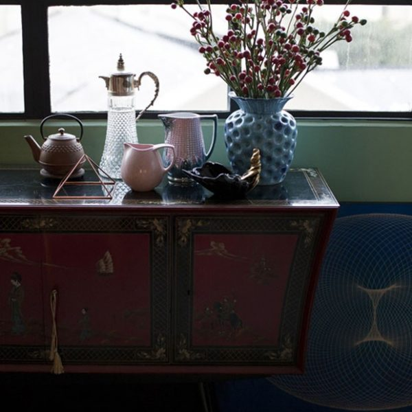 O bufê chinês, importado pela Teperman nos anos 1960, acomoda mais uma coleção de peças utilitárias e decorativas.